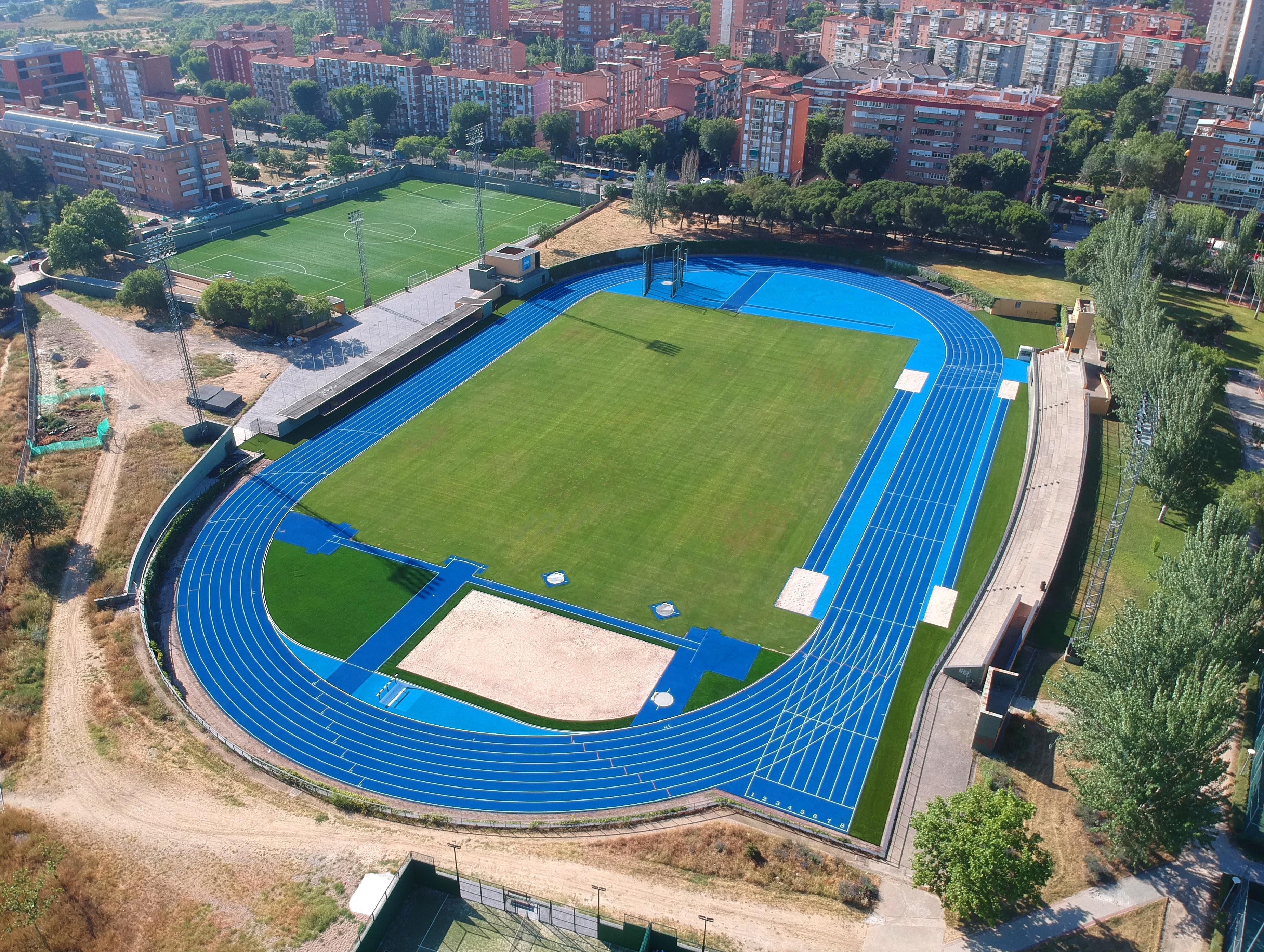 Pista de Atletismo y Campo de Césped Natural en el C.D.M. de Aluche, Madrid Image